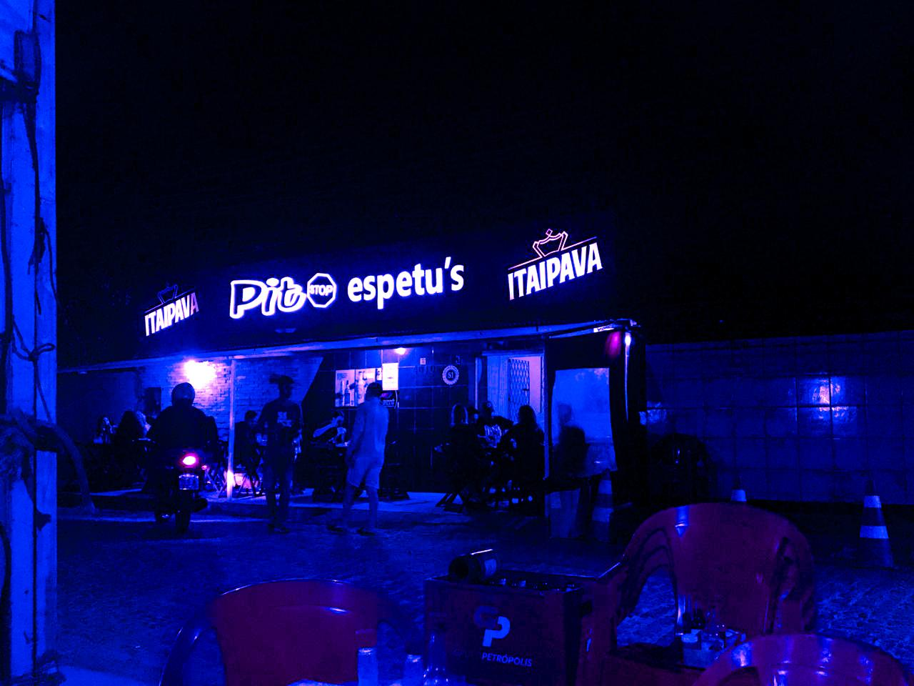 No Pit Stop espetu's a maioria das mesas ficam fora do bar. Foto: Maryana Teles/Coletivo f8