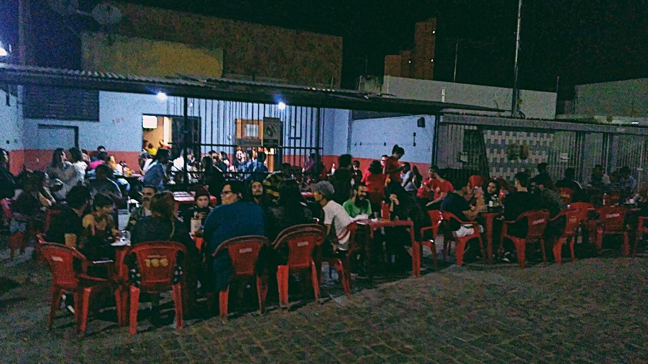 As mesas na rua são as mais cobiçadas, no Bar do Nilson. Foto: Maryana Teles/Coletivo f8