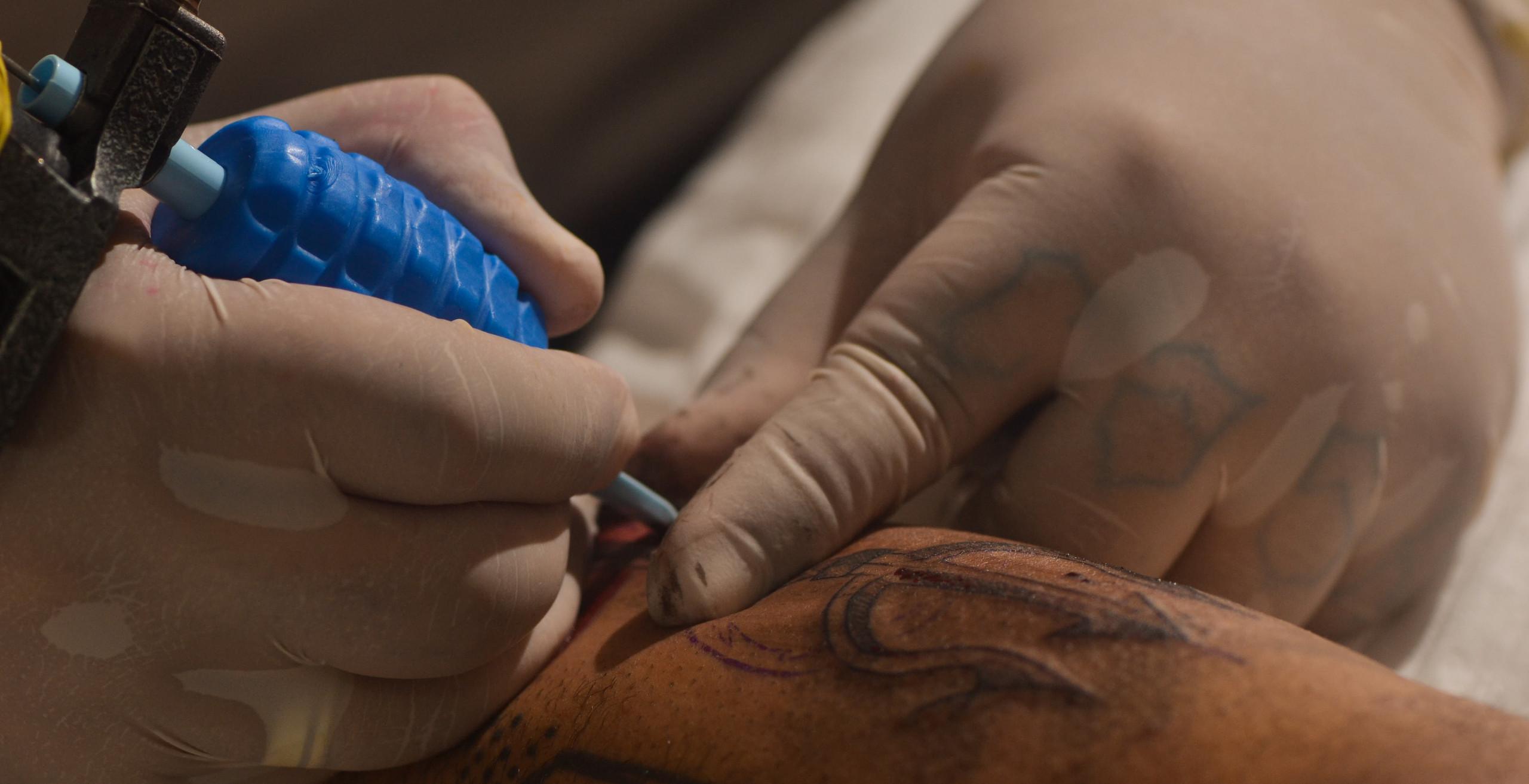 Detalhe da máquina de tatuagem. Foto: Estevão Barbosa