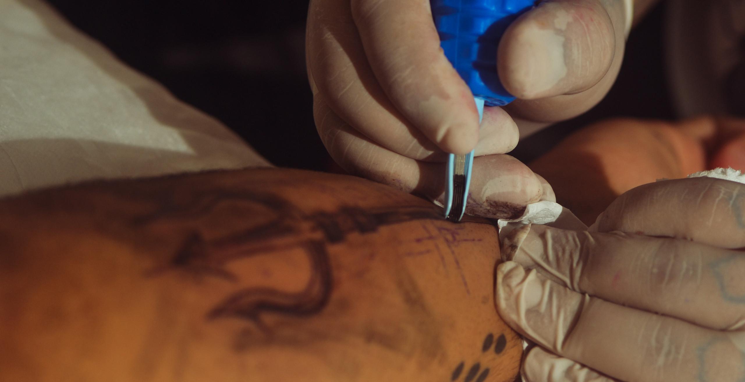 O artista não apenas desenha, mas determina a velocidade da agulha para conseguir o melhor resultado desejado. Foto: Estevão Barbosa