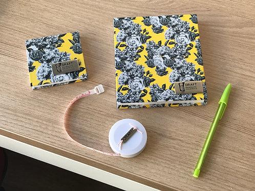 Kit Tire Suas Medidas estampa flores cinzas e fundo amarelo