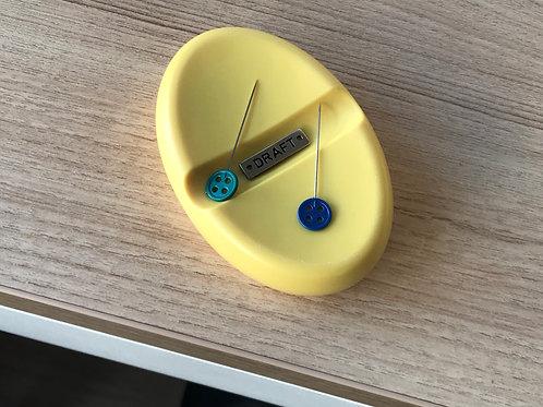 "Porta alfinete magnético ""saboneteira"" amarelo"