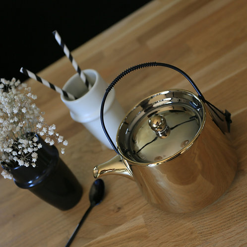 Théière en porcelaine dorée