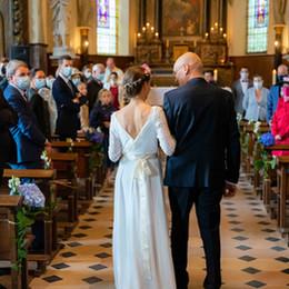Le père de la mariée conduit sa fille à l'autel