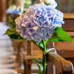 Bouquet dans l'allée de l'église