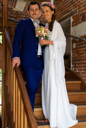 Les mariés au pied d'un escalier