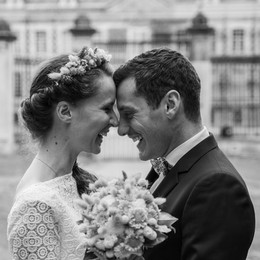 Mariés face à face souriant