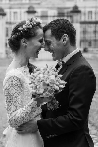 Etreinte complice des mariés