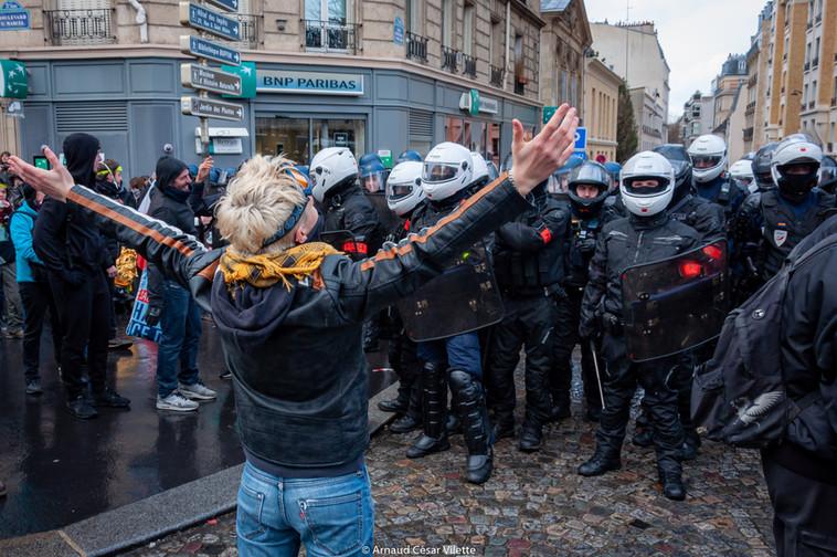 Forces de l'ordre et manifestants, un dialogue impossible