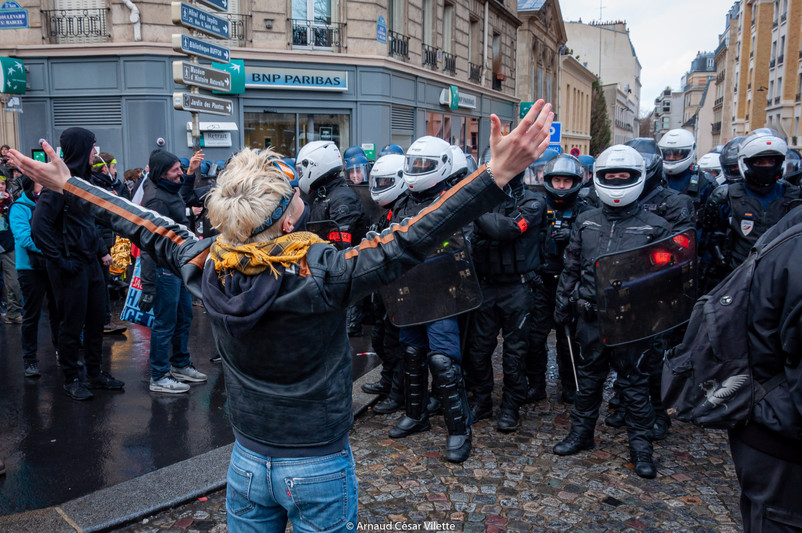 Manifestant devant des voltigeurs