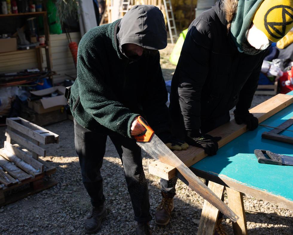 Charpentier coupant du bois