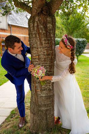 Les mariés autour d'un arbre
