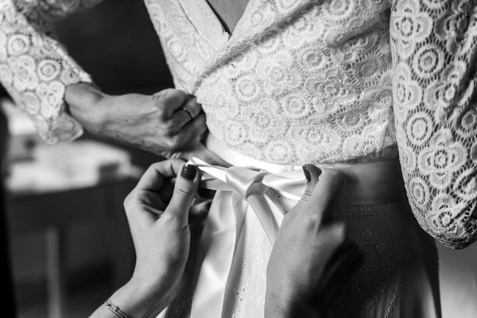 Préparation de la robe de la mariée