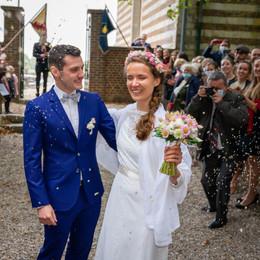 Les mariés sortent de l'église