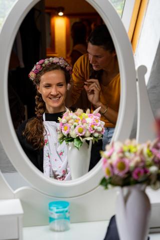 Coiffure de la mariée devant le miroir