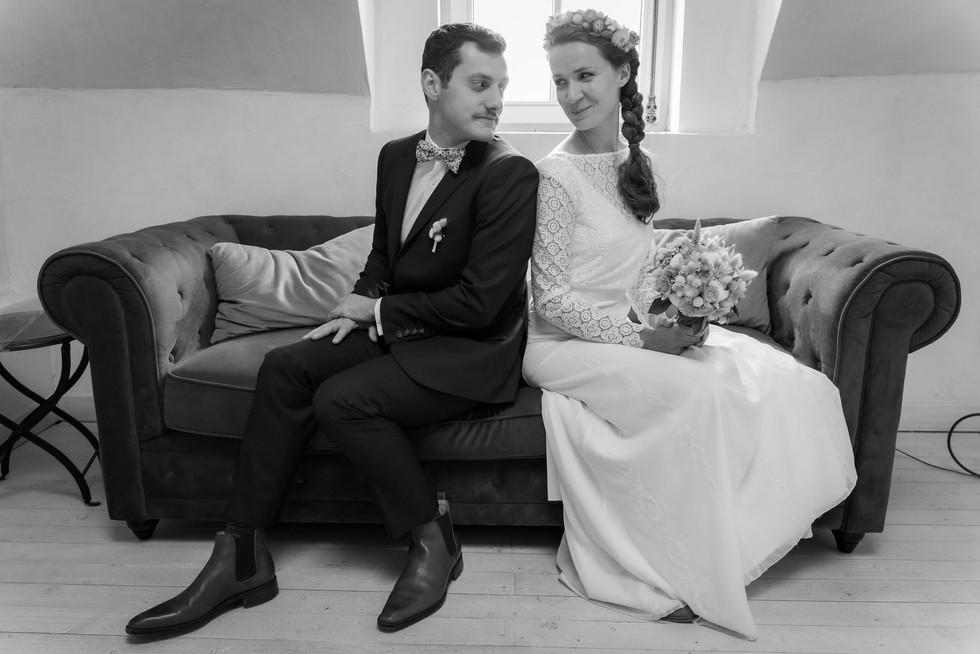 Les mariés sur un canapé
