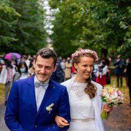 Les mariés guident les invités