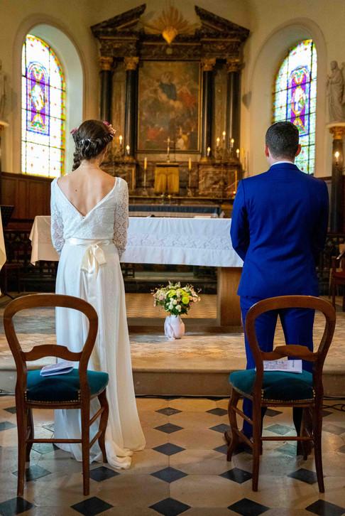 Les mariés devant l'autel