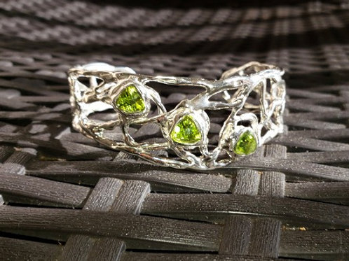Wave Three Stone Peridot Cuff