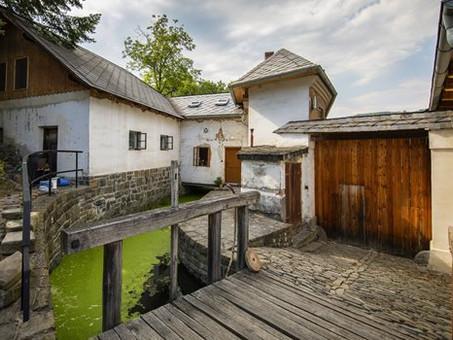 Vodní mlýn Wesselsky lokací měsíce