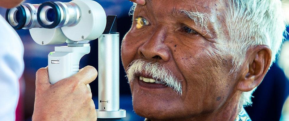 Examen en lampe a fente d'un patient dans les pays en voie de développement