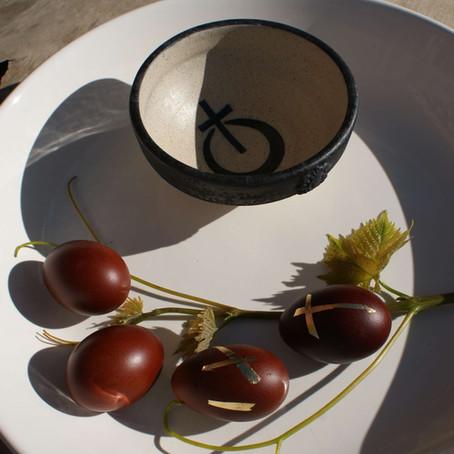 Πασχαλινά αυγά με φλούδες από κρεμμύδια