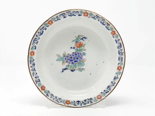 A finely potted & enamelled 17thc Kakiemon footed bowl with hydrangeas, c1700