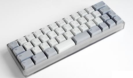 kumo ist eine kleine, tragbare und mechanische tastatur für zuhause und unterwegs. auf ihr sind die wichtigsten tasten (buchstaben, zahlen, etc.) zu finden. daneben lassen sich noch weitere tasten hinzufügen, deren funktion selbst bestimmt werden kann. die einrichtung soll äußerst unkompliziert sein. verbunden wird das keyboard via kabel mit deinem endgerät. die 50 mitgelieferten kailh switches lassen sich leicht auf dem board befestigen.