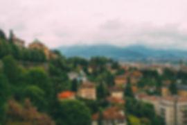 bergamo - die stadt, am fuße der alpen gelegen, beherbergt etwa 120.000 einwohner, darunter 12.000 studenten der universität bergamo. mit ihren 5 fakultäten, darunter eine für wirtschaftswisschenschaften und eine für ingenieurswissenschaften, ist sie der optimale platz für kreativität und gründergeist. bekannt ist die italienische stadt auch für ihre forschung. das pharmakologische forschungszentrum irccs hat hier ihren sitz.
