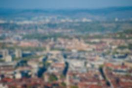 die größte und gleichzeitig hauptstadt des bundeslandes baden-württemberg beherbergt etwa 620.000 einwohner. stuttgart ist eines der zentren des deutschen mittelstandes. hier haben etwa 1.500 kleine und mittlere unternehmen ihren sitz. die stadt ist der bedeutendste bildungsstandort des bundeslandes. die 11 hochschulen, davon 2 universitäten, und einige wichtige forschungseinrichtungen ballen einen hohen grad an wissen an einem ort.