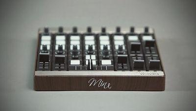 jedes modul kann sowohl in horizontaler als auch in vertikaler position platziert werden, was eine größere flexibilität ermöglicht. zum beispiel kann ein fader in vertikaler richtung platziert werden, um die lautstärke eines kanals zu regeln oder in horizontaler richtung, um als crossfader verwendet zu werden.