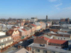 eingebettet im herzen vom brandywine valley in pennsylvania ist west chester eine malerische gemeinde voller tradition undkosmopoltischemflair. die geschichte ragt bis zur kolonialzeit, bis heute datieren noch 3.000 bauwerke aus der zeit vor dem revolutionskrieg zurück. aufgrund der zahlreichen neogriechischen gebäude wird die stadt auch als athen des westens betitelt. west chester zeigt mit seiner renommierten universität, der west chester university of pennsylvania, dass es die kleine gemeinde auch mit großen städten aufnehmen kann.