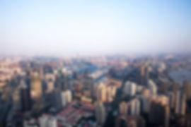"""shanghai begeistert mit historik, mythen, wirtschaft und bildung. das einst ruhige fischerdorf hat sich in eine boomende weltstadt entwickelt. die metropole definiert sich aus dem modernen, von wolkenkratzer besetzen, pudong und dem """"alten"""" puxi. die beiden teile werden durch die längste hängebrücke, der nanpu-brücke, der welt verbunden. die architektonischen wahrzeichen, elite-bildungseinrichtungen und die vielseitige kultur zieht unzählige jungunternehmer und branchenprimen an."""