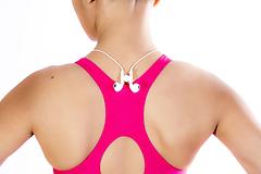 bequemlichkeit kann an jeder magnetischen oberfläche angebracht werden, um sie sofort wieder zu erreichen. schnappen am revers, am shirtkragen oder am hals beziehungsweise nacken zusammen – überall wo du willst.