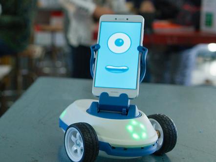 robobo ist die nächste generation von lernrobotern. die mobile basis des roboters ist mit dem smartphone gekoppelt. er nutzt die modernste technologie, um autonome robotikprojekte im klassenzimmer oder zuhause umzusetzen. durch eine reihe von anwendungen kann der robobo von jedem computer aus programmiert werden. damit lernen kinder spielerisch bereits früh das programmieren. dabei kann robobo von der grundschule bis hin zu höheren bildungsstätten verwendet werden.