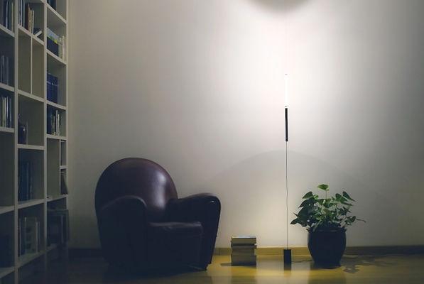 equilibrio floor die floor version ist eine minimalistische lampe, die all deine gäste staunen lässt. das einfache design passt zu jedem dekor und schafft das perfekte ambiente.