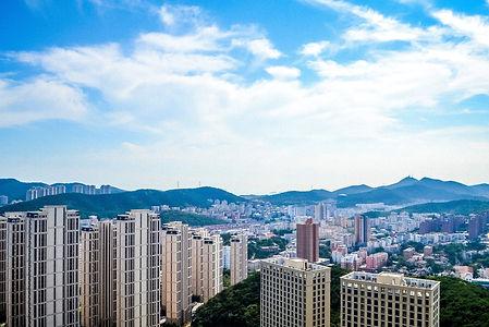 dalian ist eine hafenstadt im nordosten chinas. hier leben etwa 6,7 millionen menschen. die stadt ist eine der lebenswertesten städte des landes, nicht zuletzt wegen ihres gemäßigten klimas. sie ist ein beliebter ferienort der chinesen und weltenbummler und zieht jährlich viele besucher an. aber auch bildung und wirtschaft wird in der metropole groß geschrieben. viele dienstleistungs- aber auch industrieunternehmen haben hier ihren sitz, genauso wie 23 universitäten und hochschulen.