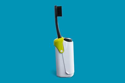 die idee hinter der polo zahnbürste ist einfach und simpel: eine komplettlösung für zahnbürste und –tube in minimalistischem design. dabei kann der zahnbürstenkopf natürlich ersetzt und das fläschchen mit der zahncreme einfach nachgefüllt werden. der kopf ist biologisch abbaubar und die tube reicht für bis zu 50mal zähneputzen. polo ist so designt, dass er allein stehen kann. außerdem ist das kleine gadget zur mitnahme im flugzeug geeignet.