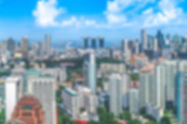 singapur ist ein eigenständiger insel- und stadtstaat an der südspitze der malaiischen halbinsel. hier leben etwa 5,6mio einwohner. das kleinste land südostasiens ist mitglied im commonwealth of nations und entwickelte sich innerhalb weniger jahrzehnte vom schwellenland zum industriestaat. die volkswirtschaft ist hauptsächlich auf dienstleistungen ausgerichtet. neben hongkong, ist sie einer der wichtigsten finanzstandorte asiens. singapur zählt zu den städten mit den teuersten lebenshaltungskosten.