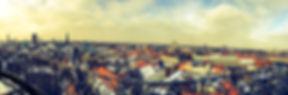 kopenhagen ist mit etwa 600.000 einwohnern nicht nur die größte, sondern auch die hauptstadt dänemarks. sie liegt im osten des landes und ist eine der bedeutendsten metropolen nordeuropas. durch ihre lage, im osten des landes, ist die hafenstadt ein wichtiger umschlagplatz für waren. aber auch dienstleistungen sind mittlerweile allgegenwertig, vor allem in der innenstadt. eine reihe von angesehenen schulen und die universität kopenhagen machen den ort zum anziehungspunkt für junge, kluge köpfe.