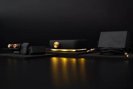 mit dem era kannst du jeden lautsprecher in einen bluetooth speaker wandeln. der verstärker erlaubt es dir, deine eigene kombination aus speakern zu kreieren – durch eine einfache verbindungsmethode. dabei kommt es nicht auf den jeweiligen stecker an, denn die verbindung ist universell. heraus kommt ein klang mit hoher qualität. im gerät befindet sich eine wiederaufladbare li-ionen-batterie, deren ladestatus durch eine led an der unterseite des gerätes angezeigt wird.