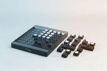 jedes modul besteht aus einem polymermaterial, das die elektronischen komponenten schützt und abdeckt. das modul wird über kleine steckverbinder unter dem modul mit der hauptplatine verbunden. diese anschlüsse ermöglichen die übertragung von informationen zwischen den einzelnen schnittstellenmodulen und dem motherboard von mine.