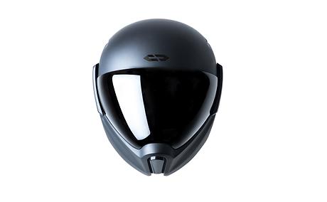 der crosshelmet sieht nicht nur wie ein futuristischer motorradhelm aus, er ist auch einer. denn der innovative sturzhelm hebt die sicherheit des fahrenden auf ein neues level. so verfügt er über eine heckkamera, bei der du auf dem im helm eingebauten head-up display siehst, was hinter dir passiert. außerdem zeigt dir der bildschirm den weg zu dem ziel, welches du vorher in der app eingegeben hast. verbunden werden smartphone und motorradhelm via bluetooth. dazu kommen weitere funktionen.