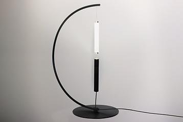 equilibrio ist eine lampe mit innovativer optik. sie besteht aus zwei symmetrischen röhren. am ende jeden rohres befindet sich ein ringmagnet. wenn die beiden enden sich zu nahe kommen, dann ziehen sie sich an. da der magnet die schwerkraft außer kraft setzt, scheint es, dass die lampe schwebt. wenn die perfekte balance erreicht ist, wird das licht in die umgebung diffundiert.