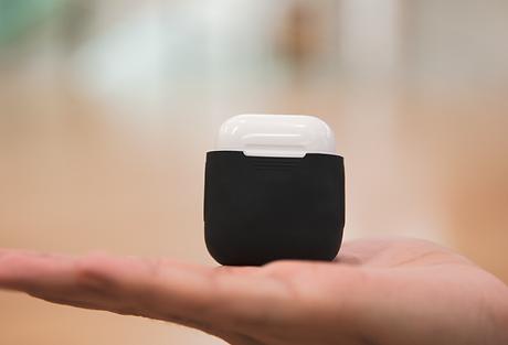 das powerpod case macht aus deinem normalen airpods-gehäuse eine box, mit der du deine kopfhörer kabellos laden kannst. es sitzt wie eine ultradünne haut auf dem original ladecase von apple. nun musst du es nur noch auf eine kontakt-ladestation legen und schon werden deine airpods ganz ohne kabel geladen. gefertigt ist das powerpod case aus hochwertigem silikon. nutzt du das powercase,  schützt du die umwelt, denn du musst kein neues wireless case kaufen, sondern wertest dein normales damit auf.