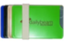 durch den optionalen gummi lassen sich zwei oder mehr des cardtresors zu einem schicken bundle zusammenfügen. zusätzlich kannst du daran dein bargeldbefestigen. damit ersetzt der cardtresorein unhandliches portmonee.  die hüllen und bänder sind in verschiedenen farben erhältlich.