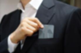 keri ist eine minimalistische brieftasche, in die du nicht nur geld, sondern auch andere, kleine gegenstände verstauen kannst. kein chaos mehr mit mini-objekten, die in sämtlichen hosen- und jackentaschen verstreut sind. mit keri hast du sie alle an einem ort. unter dem außenseitigen gummiband kannst du häufig verwendete karten und bargeld verstauen. somit hast du es immer schnell griffbereit. keri kann außerdem nicht nur in der tasche, sondern auch um den hals transportiert werden.