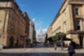 in glasgow leben etwa 600.000 menschen. damit ist sie die größte stadt schottlands und die drittgrößte des vereinigten königreich. glasgow hat die größte wirtschaftskraftschottlands und liegt im zentrum des ballungsraums von west-zentral-schottland. die stadt hat eine jahrtausendealte geschichte. es gibt eine kathedrale aus dem 12. jahrhundert und vier universitäten. die university of glasgow ist die älteste von ihnen. sie wurde im jahr 1451 gegründet.