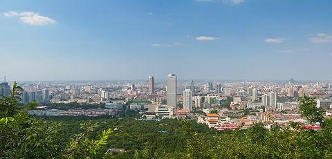 foshan ist eine großstadt in der südchinesischen provinz guangdong. hier leben über 7 millionen einwohner. schon damals hatte die stadt eine hohe bedeutung für den chinesischen außenhandel, aber auch heute noch ist es ein bedeutendes industrie- und handelszentrum. wichtigste bildungseinrichtung ist die foshan universität, in der etwa 10.000 junge menschen ihr studium absolvieren. die hochschule bringt jedes jahr hunderte absolventen hervor, die ihre eignen ideen verwirklichen wollen.