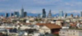 mit 1,3millionen einwohnern ist mailand die zweitgrößte stadt italiens. gelegen in der nordwestlichen po-ebene ist mailand ein malerisch schöner ort zum erkunden und leben. mailand ist das wirtschaftliche zentrum für design und mode in italien. das moderne stadtbild des zentrums wird dominiert von gläsernen hochhäusern und modernen komplexen, die teilweise unter denkmalschutz stehen. zusammen mit den gebäuden aus früheren tagen bildet die stadt architektonisch einige epochen ab.